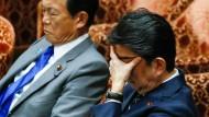 Japans Regierunschef Shinzo Abe und Finanzminister Taro As bei einer Parlamentssitzung