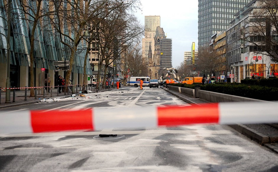 Die gesperrte Tauentzienstraße in Berlin, aufgenommen am 1. Februar 2016 nach dem illegalen Autorennen