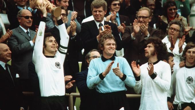 Franz Beckenbauer (links), Sepp Maier (Mitte) und Paul Breitner nach dem Gewinn der Weltmeisterschaft 1974 in Deutschland