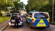 Polizeifahrzeuge stehen vor der Justizvollzugsanstalt Lübeck.