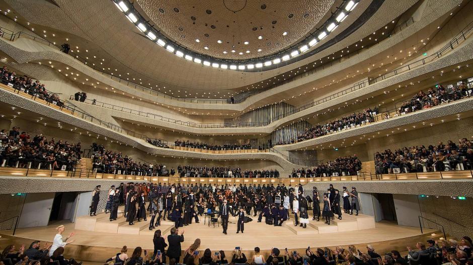 Auch Karl Lagerfeld war schon da: Chanel präsentiert eine Schau in der Elbphilharmonie.