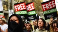 Tausende Demonstranten geraten mit Polizei in Konflikt