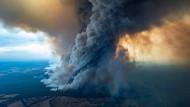 Eine riesige Rauchwolke wächst im australischen Bundesstaat Victoria in den Himmel.