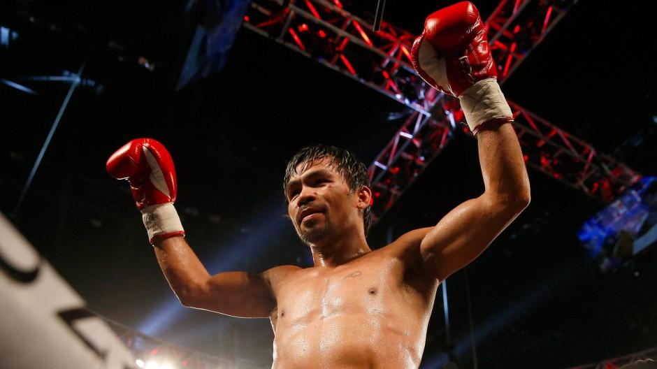 Manny Pacquaio tritt mit erhobenem Haupt aus dem Boxring ab.