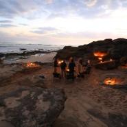 Tausende Jahre versteinerter Sand prägt die Küste und eignet sich als Feuerstelle.