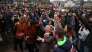 Rund 20.000 Menschen haben am Samstag in Kassel gegen die Corona-Maßnahmen demonstriert, obwohl nur 6000 Teilnehmer zugelassen waren.
