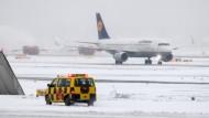 Besonders schwer traf der Wintereinbruch vergangenes Wochenende den Frankfurter Flughafen. Dort fielen zahlreiche Flüge aus.