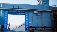 Das Tor eines Lagers in Dabancheng in der Provinz Xinjiang, das offiziell als Berufsbildungszentrum ausgewiesen wird.
