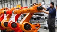 Irgendjemand muss die Roboter ja zusammenbauen: Hier bei Kuka in Augsburg.