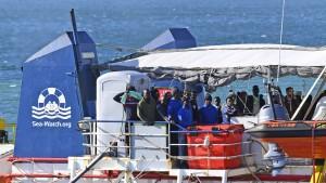 Rettungsschiff mit Migranten legt in Italien an