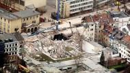 Trümmer liegen in Köln an der Stelle, an der sich das eingestürzte Historische Stadtarchiv befand. (Archivbild)