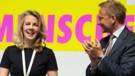 Der FDP-Vorsitzende Christian Lindner applaudiert der neuen Generalsekretärin Linda Teuteberg nach deren Rede auf dem Bundesparteitag in Berlin