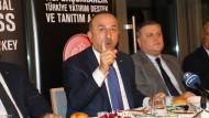 Der türkische Außenminister Mevlüt Cavusoglu spricht am Mittwoch vor deutschen Journalisten in Antalya.