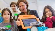 Yvonne Gebauer, Schulministerin von Nordrhein-Westfalen, lässt sich die Steuerung eines Roboters mithilfe eines Tablets erklären. Wer solchen Technikunterricht absolviert hat, kennt vielleicht alle Antworten, aber nicht alle Fragen.