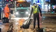 Mitarbeiter der Stadtreinigung beseitigen die Spuren einer langen Nacht am Hamburger Jungfernstieg.
