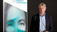 """""""Alles paritätisch besetzt"""" zwischen Flandern und den Niederlanden: Juergen Boos, seit 2005 Direktor der Buchmesse, neben dem offiziellen Plakat"""