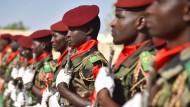 Soldaten der nigerianischen Armee im März bei einem Begräbnis ihrer Kameraden, die im Kampf gegen Boko Haram getötet wurden.