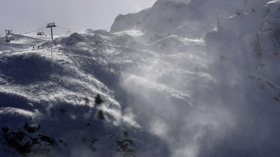 Örtlichen Medien berichteten, dass für Grenoble eine erhöhte Lawinen-Warnstufe gelte. (Symbolbild)