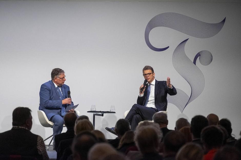 Gerald Braunberger, Mitherausgeber der F.A.Z. im Gespräch mit Christian Sewing, Vorstandsvorsitzender der Deutsche Bank AG, auf dem F.A.Z- Kongress im Kap Europa in Frankfurt.