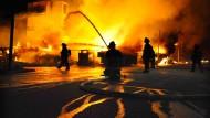 Feuerwehrmänner in Baltimore kämpfen gegen einen Großbrand.
