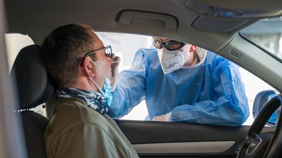Grenzgänger: In der Nähe von Saarbrücken werden Pendler, die aus Frankreich einreisen, auf das Coronavirus getestet.