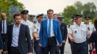 Markus Söder (CSU), bayerischer Ministerpräsident, wird zu Beginn der Grenzkontrollen durch die bayerische Landespolizei am Grenzübergang Kirchdorf herumgeführt.