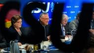Die bayerische Landtagspräsidentin Barbara Stamm, Innenminister Joachim Hermann und Ministerpräsident Horst Seehofer bei einer CSU-Vorstandssitzung in München