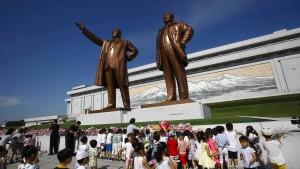 Tausende pilgern zu Kim-Il-Sung-Denkmal
