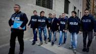 Die alte Clan-Ordnung löst sich auf: Polizisten führen am 17.Februar in Neapel nahe dem Forcella-Viertel den mutmaßlichen Camorra-Boss Vincenzo Amirante ab.