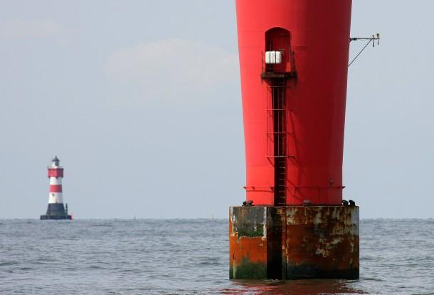 Der Leuchtturm Alte Weser und im Hintergrund Roter Sand