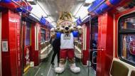 """Russische Muskelspiele – auf diesen Zug springt natürlich auch der Wolf """"Zabivaka"""", das WM-Maskottchen auf."""