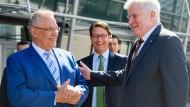 Stimmung? Blendend! Der CSU-Vorsitzende Horst Seehofer mit dem Spitzenkandidaten für die Bundestagswahl Joachim Herrmann und CSU-Generalsekretär Andreas Scheuer