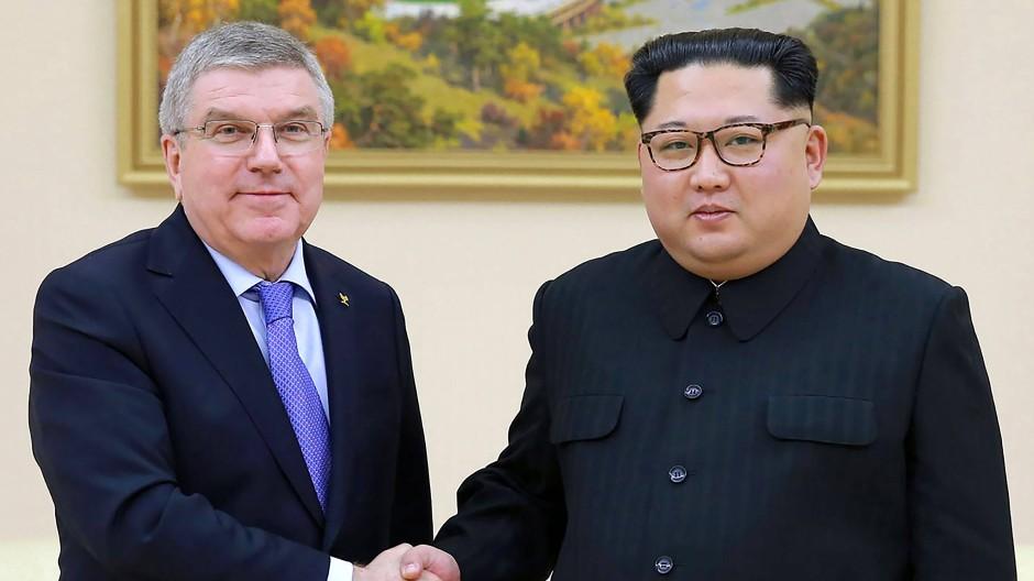 Szene aus einer anderen Zeit: Im März 2018  war die Stimmung zwischen IOC-Präsident Thomas Bach und dem nordkoreanischen Herrscher Kim Jong-Un versöhnlicher gewesen.