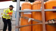 Abgesichert: Ein Kontrolleur prüft die Befestigung von Gasflaschen bei einer Lieferung.