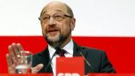 Der SPD-Vorsitzende Martin Schulz äußert sich am Montag in Berlin zu möglichen Gesprächen über eine große Koalition.