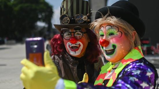 Hunderte Clowns feiern in Mexiko