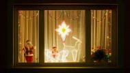 Eine leuchtende Freundlichkeit aus fremden Wohnungen: Weihnachtsilluminationen