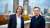 Ein Arbeitstag mit drei Stunden – Anlass zur Freude oder Grund zur Angst? Richard David Precht und Jens Südekum auf dem Dach der F.A.Z.-Redaktion.