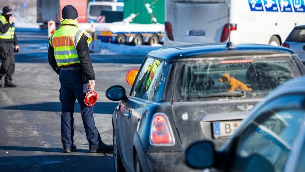 Strenge Kontrollen an Grenzen zu Tirol und Tschechien