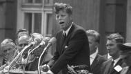 John F. Kennedy am 26. Juni 1963 vor dem Schöneberger Rathaus
