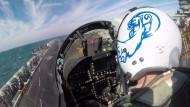 "Kampfpilot auf dem Flugzeugträger ""USS Roosevelt"" kurz vor dem Start"