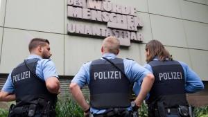 Polizisten sollen gegen Haus eines Gefährders gepinkelt haben