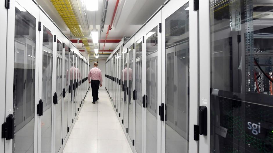 Die Digitalisierung aller Lebensbereiche beschleunigt sich. Das Foto zeigt einen Serverraum in einem Rechenzentrum des Internetdienstanbieters 1&1.