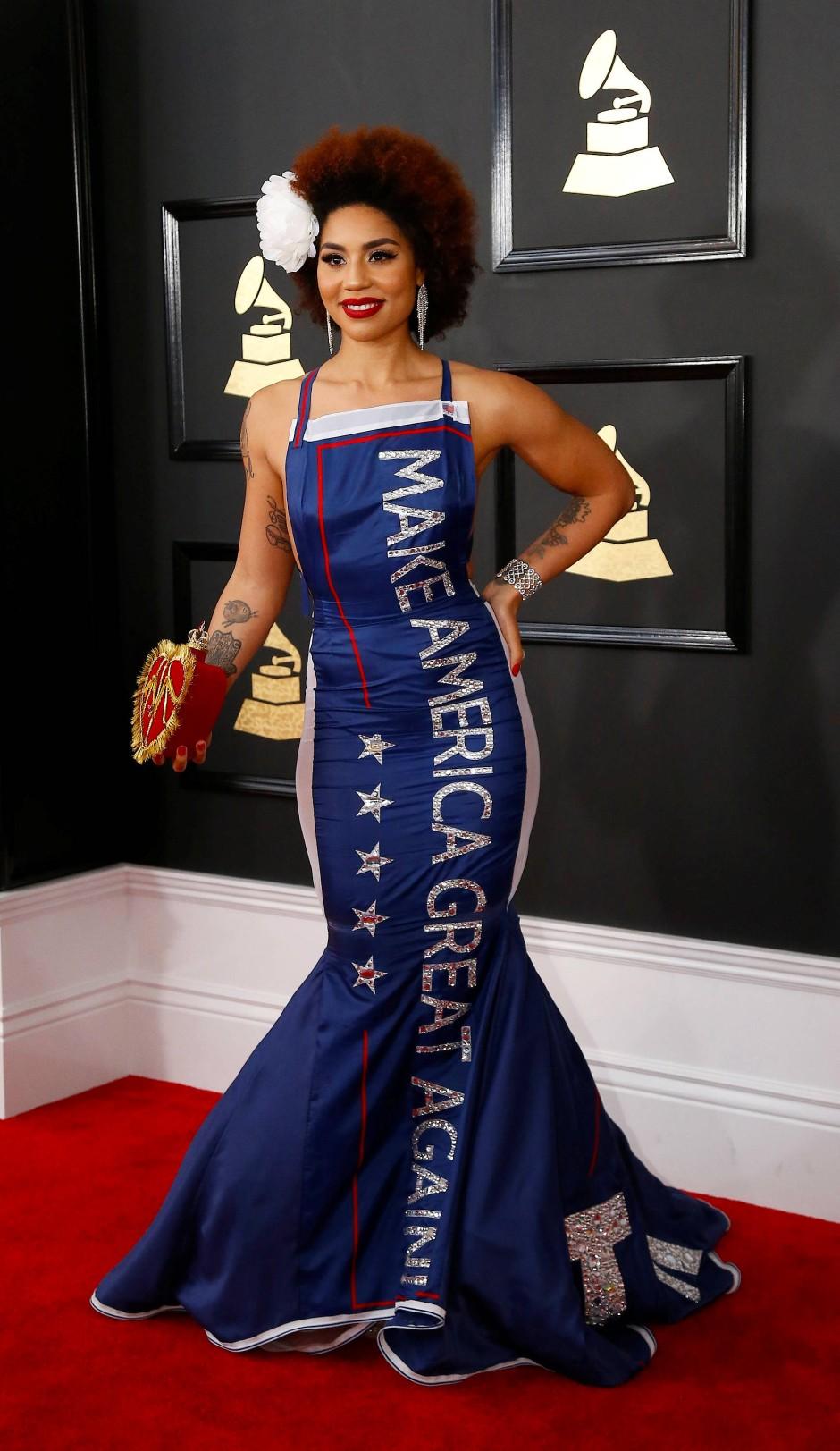 Villa in ihrem bekannten Pro-Trump-Outfit bei den Grammys 2017