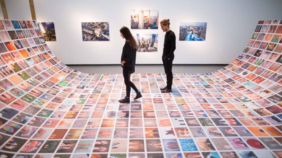 Besucher auf der Fuß-Selfie-Allee des Künstlers Erik Kessels