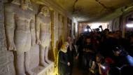 Zahlreiche Journalisten drängen sich in das Innere des Grabmals.