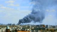 An einer Lagerhalle in Berlin-Lichtenberg ist ein großes Feuer ausgebrochen.