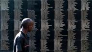 Im Kigali Memorial Center in der ruandischen Hauptstadt stehen auf einer Tafel die Namen von Opfern des Genozids aus dem Jahr 1994, bei dem mehr als 800.000 Menschen getötet wurden