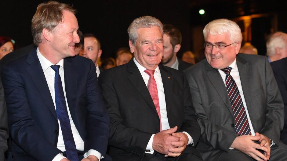Nicht ohne hohen Gast aus der Politik: Joachim Gauck zwischen dem Vorsitzenden des Verbandes der Historiker und Historikerinnen Deutschlands Martin Schulze Wedel (links) und dem Vorsitzenden des Verbandes der Geschichtslehrer Deutschlands Ulrich Bongermann.