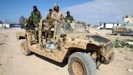 Soldaten der selbsternannten Libyschen Nationalarmee, die dem General Chalifa Haftar unterstehen, bei einer Patrouille in Benghazi